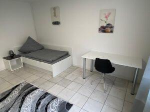 Möbl UniHome Höxteriertes Zimmer mit Arbeitsbereich